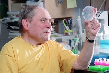 Sydney Brenner, a Decipherer of the Genetic Code, Is Dead at 92