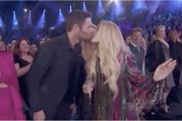 Aww! Carrie Underwood Plants a Kiss on Her Husband in the Middle of Her ACMs Performance