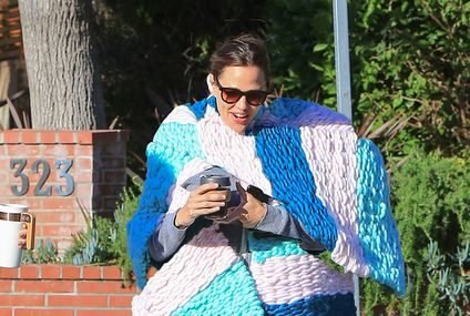 Lenny Kravitz Is Shaking Because Jennifer Garner Is The New Giant-Ass Scarf Qwing